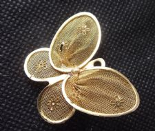 SMALL VERY PRETTY AND ELEGANT GOLD TONE FILIGREE BUTTERFLY BROOCH